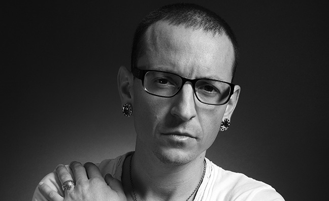Linkin Park fans organize Chester Bennington memorial at Cincinnati arena
